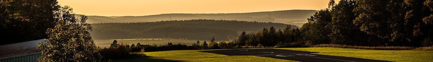 Der Flugplatz Neustadt an der Aisch betrieben von der Flugsportguppe -  Blick Richtung Westen in der Abendsonne
