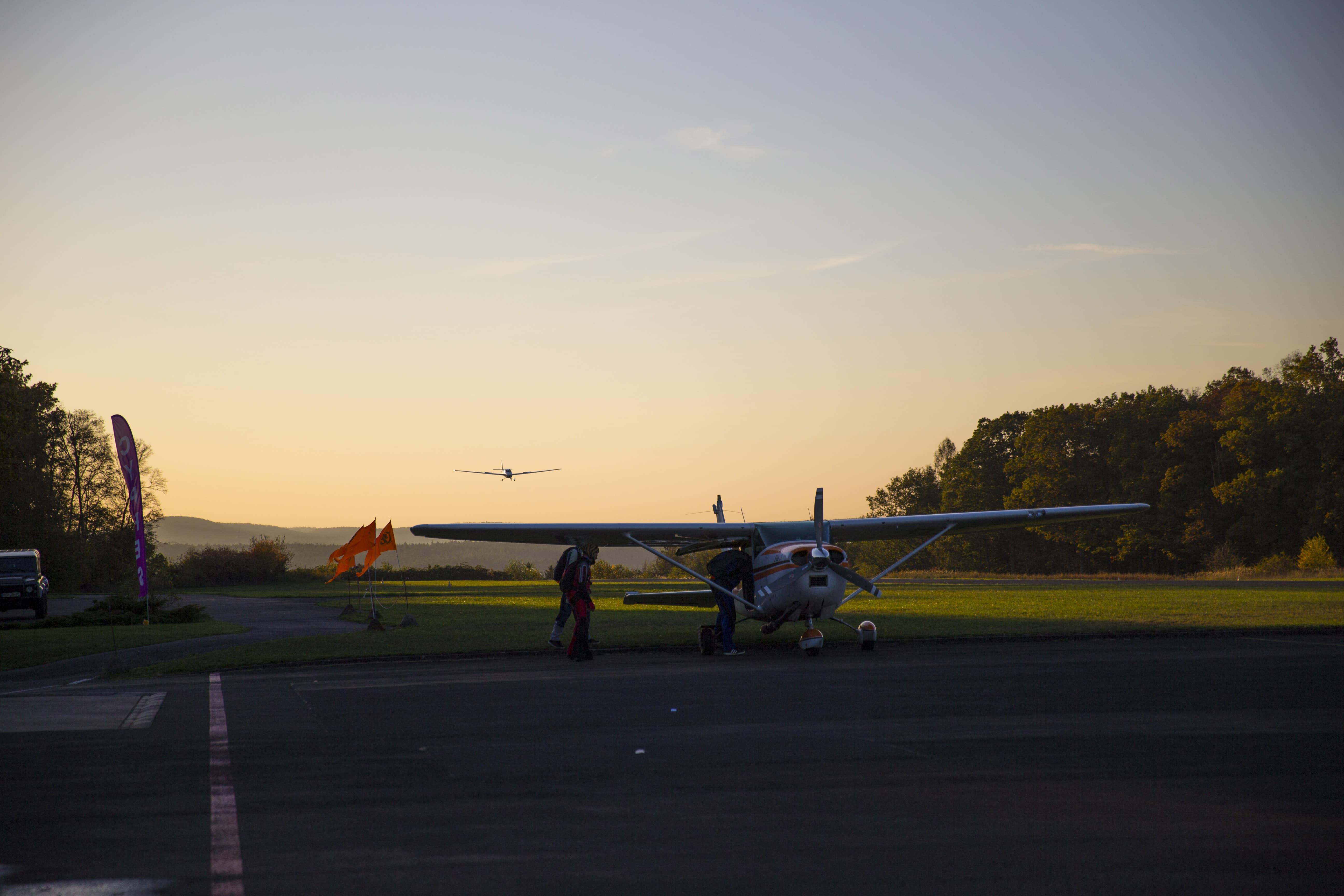 Unser Motorsegler D-KIWC beim Landen in der Abendsonne.