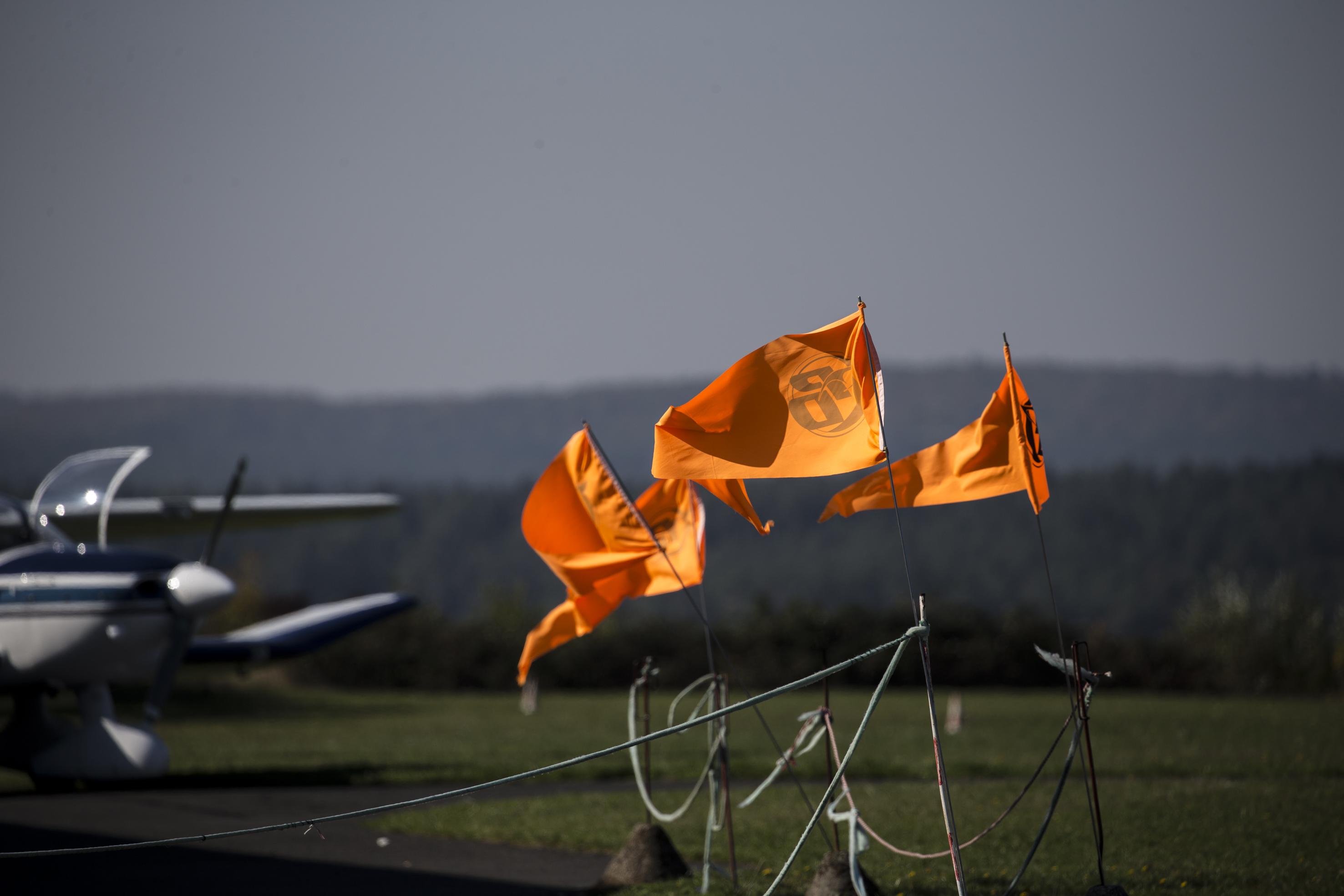 Orange Fahnen der Fallschirmspringer