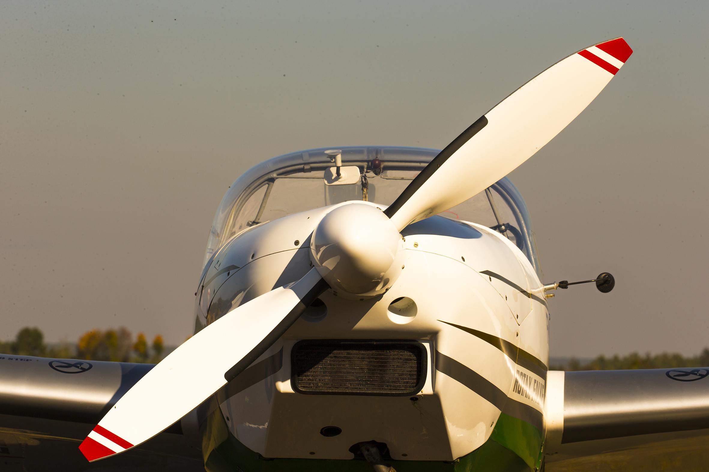 D-KIWC der Flugsportgruppe. Ein Scheibe Rotax-Falke SF 25C im Abendlicht.