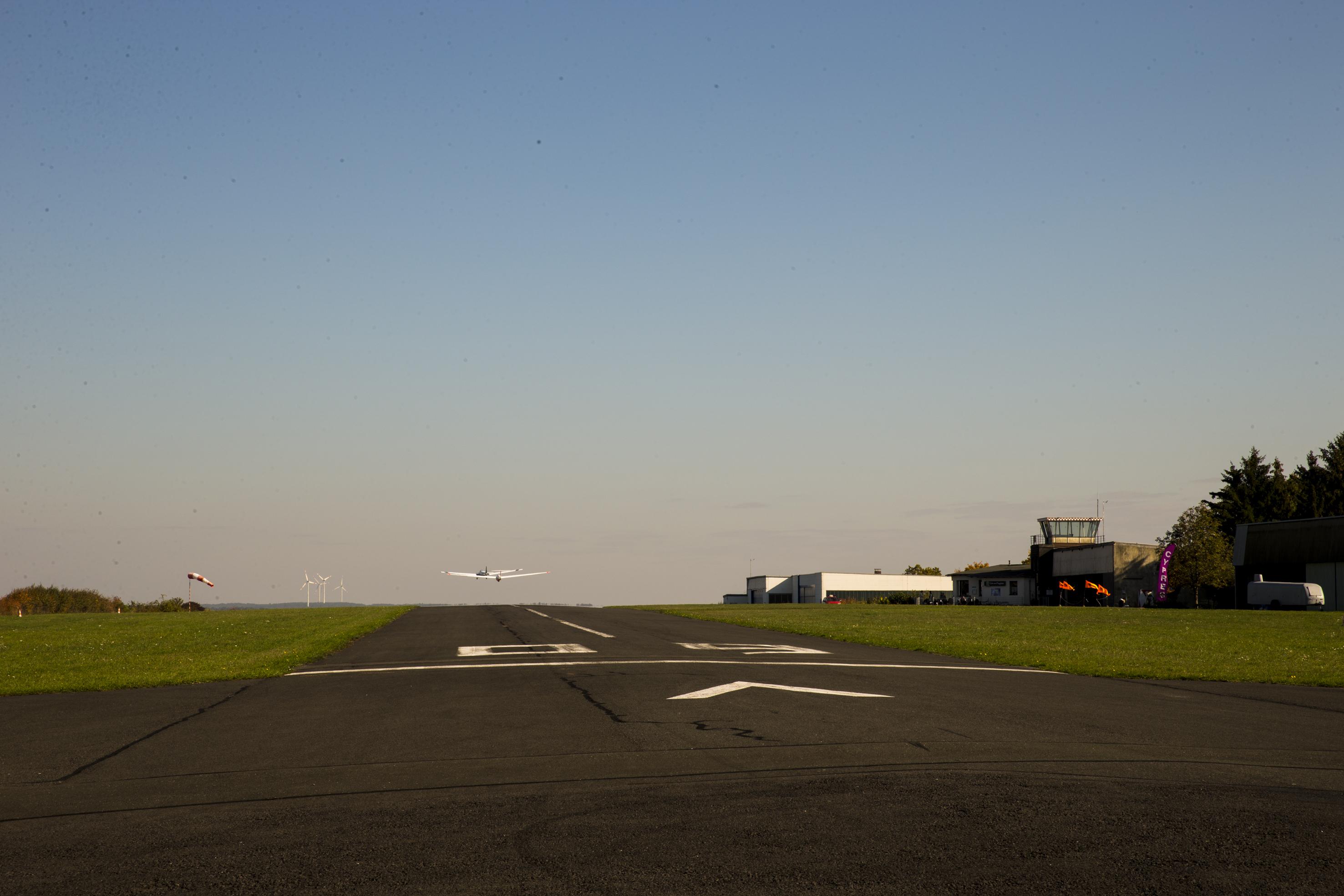 Ein Startender Segelflugschlepp vom Startpunkt 09 bestehend aus der D-KIWC und der D-2513.
